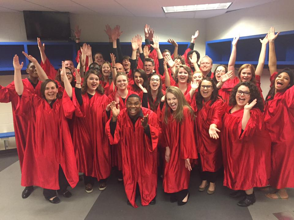 Choir sings with Barry Manilow